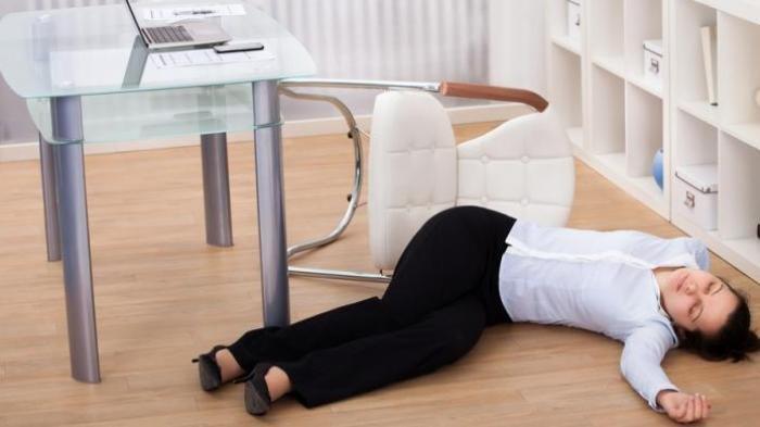 Ilustrasi seorang wanita lemas dan pingsan akibat leukimia