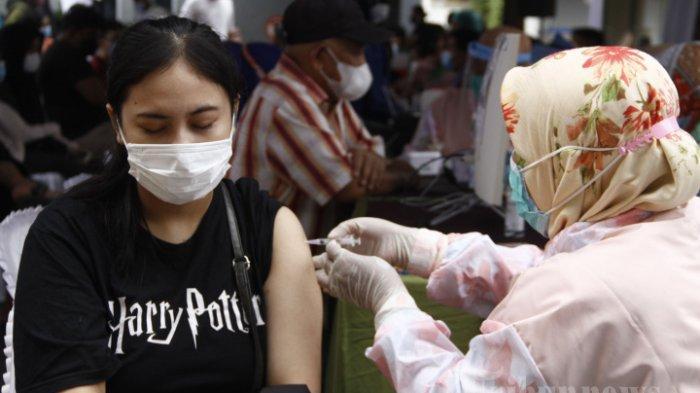 ILUSTRASI - Peserta menjalani vaksinasi saat kegiatan vaksinasi Covid-19 kolaborasi Kompas Gramedia dan Kalbe di halaman BPOM Pekanbaru, Kota Pekanbaru, Riau, Selasa (7/9/2021). Vaksinasi Covid-19 tersebut menargetkan ibu hamil dan masyarakat umum. Selain vaksinasi, terdapat bantuan sosial dari donasi pembaca Kompas yang diwakilkan oleh DKK (Dana Kemanusiaan Kompas) kepada masyarakat sekitar area vaksinasi. Acara tersebut turut dihadiri oleh Gubernur Riau, Syamsuar, Kepala Balai Besar POM di Pekanbaru, Yosef Dwi Irwan, Ketua FKD Pekanbaru, Del Fadilah, Area Bussiness Manager PT Enseval Putera Metragading Cabang Pekanbaru, Safwan, Plt Kepala Dinas Kesehatan Kota Pekanbaru, Arnaldo Eka Putra, dan juga perwakilan Ikatan Pekerja Sosial Masyarakat (IPSM).