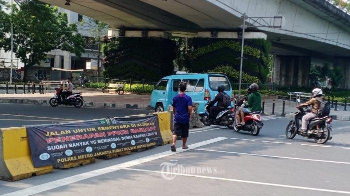 Kendaraan melewati beton pemblokiran jalan pada masa masih berlakunya PPKM di Jalan Kalibaru, Tanah Abang, Jakarta Pusat, Minggu (8/8/2021). Simak daftar wilayah di Jawa dan Bali yang terapkan PPKM level 4 hingga 16 Agustus 2021.