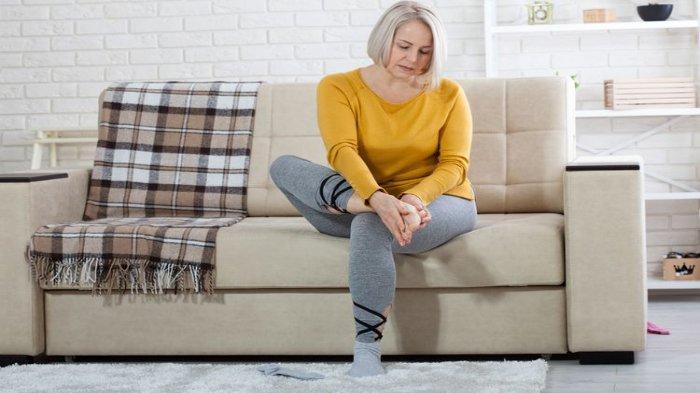 Ilustrasi - Seorang lansia yang mengalami kaki kesemutan atau kram