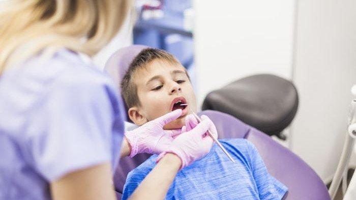ilustrasi pemeriksaan gigi pada anak yang dilakukan oleh dokter