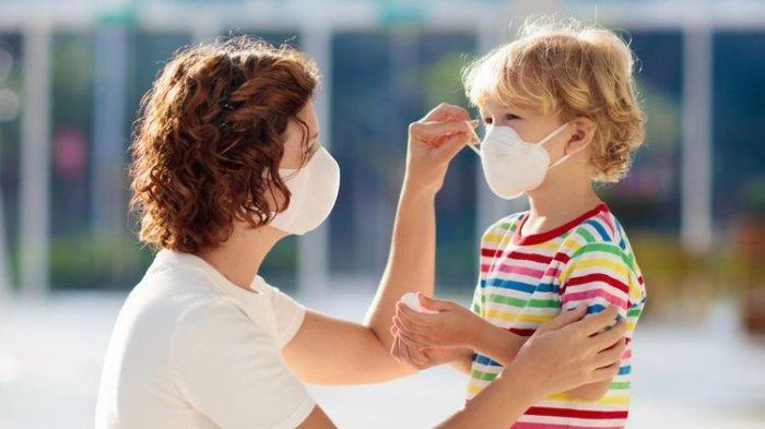 ilustrasi menggunakan masker untuk menjaga kesehatan
