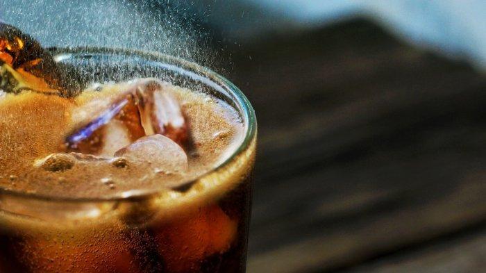 Minuman bersoda yang memiliki dampak pada kesehatan gigi dan mulut.