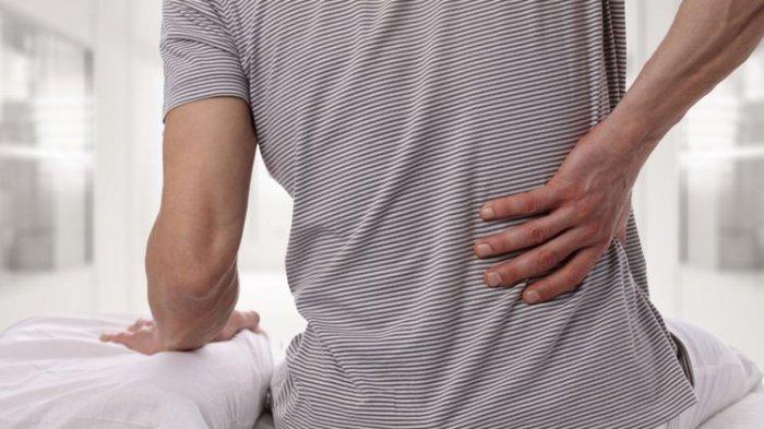 Apakah Penyebab Sakit Tulang Belakang setelah Berdiri Lama? Simak Ulasan Dokter Spesialis Ortopedi