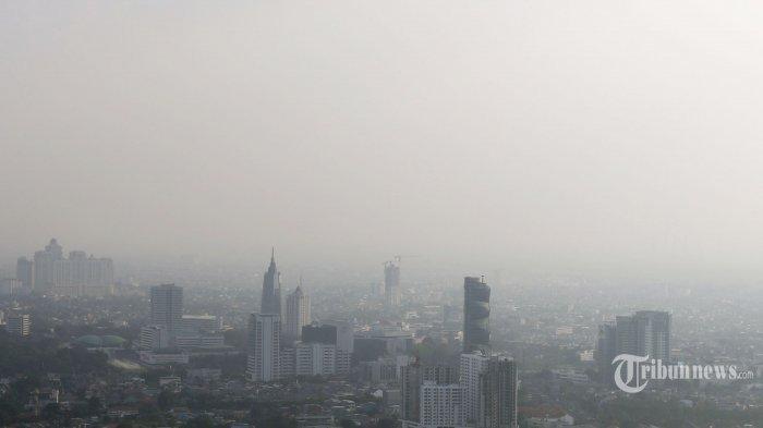 ILUSTRASI - Pemandangan gedung bertingkat diselimuti polusi udara di Jakarta, Jumat (30/8/2019). Mengacu pada data gabungan AQMS KLHK dan pemerintah DKI Jakarta, kualitas udara Jakarta berada pada konsentrasi 39,04 ?g/Nm3 atau pada kategori tidak sehat untuk kelompok sensitif.