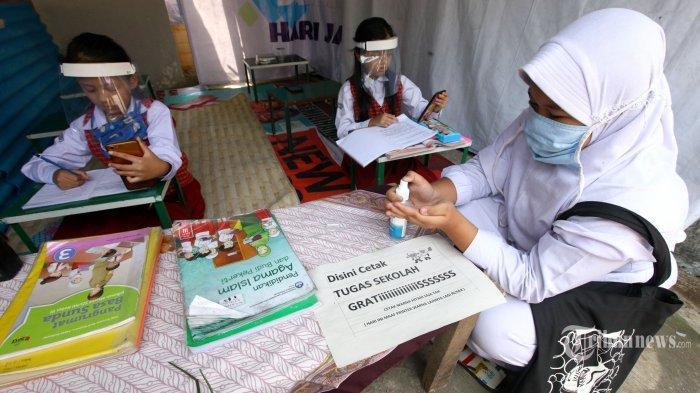 ILUSTRASI - Sejumlah siswa mengenakan masker dan pelindung wajah mengerjakan tugas dari sekolah saat mengikuti Pembelajaran Jarak Jauh (PJJ) di Warnet Covid-19 RW 09, Kelurahan Lingkar Selatan, Kecamatan Lengkong, Kota Bandung, Jawa Barat, Senin (10/8/2020). Fasilitas warung internet gratis dengan menerapkan protokol kesehatan ini dihadirkan untuk membantu para siswa dalam mengikuti PJJ, sehingga para orang tua siswa tidak perlu lagi khawatir soal kuota internet.