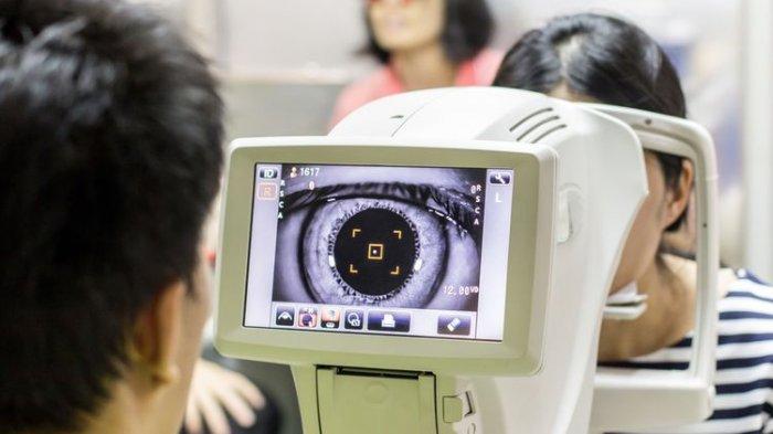 ilustrasi pemeriksaan mata oleh dokter