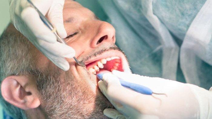 ilustrasi pemeriksaan gigi yang sudah mati, Dr. drg. Munawir H. Usman, SKG., MAP sebut gigi mengalami perubahan warna