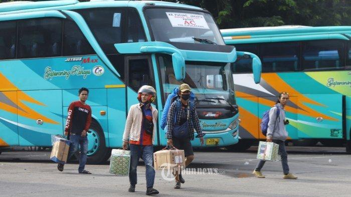 Penumpang membawa barang bawaan di Terminal Kampung Rambutan Jakarta - Pemerintah resmi berikan aturan mengenai larangan mudik Hari Raya Idul Fitri mulai 6-17 Mei 2021.