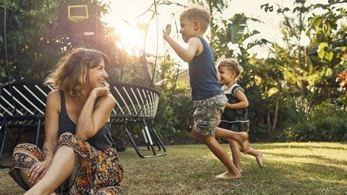 ilustrasi orangtua bermain dengan anak-anaknya
