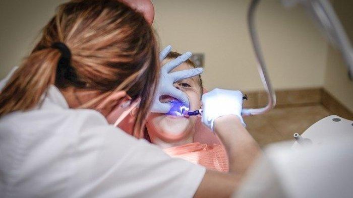 Ilustrasi - Anak yang sedang periksa gigi