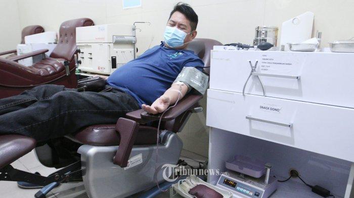 Seorang penyintas Covid 19 mendonorkan plasma konvalesen di Unit Transfusi Darah (UTD) PMI Lampung, Jalan Sam Ratulangi, Penengahan, Tanjungkarang Barat, Jumat (25/6/2021). Dalam artikel mengulas tentang donor plasma konvalesen.
