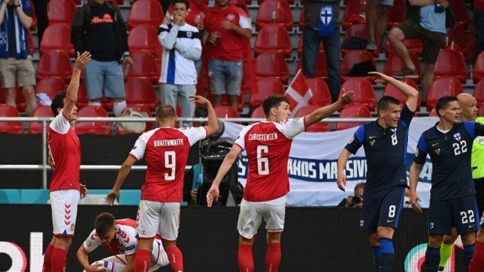 Pemain Denmark membantu gelandang Denmark Christian Eriksen saat mereka memanggil petugas medis setelah ia pingsan saat pertandingan sepak bola Grup B UEFA EURO 2020 antara Denmark dan Finlandia di Stadion Parken di Kopenhagen pada 12 Juni 2021.