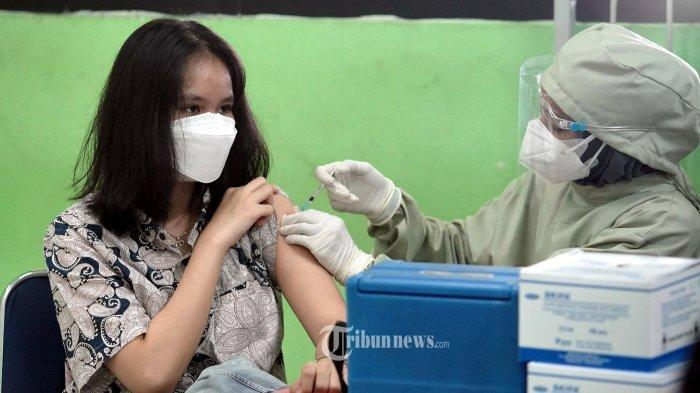 ILUSTRASI Vaksin - Siswa SMA mendapatkan suntikan dosis pertama vaksin Covid-19 di SMAN 20 Jakarta, Kamis (1/7/2021). Pemprov DKI Jakarta memulai vaksinasi Covid-19 untuk anak usia 12-17 tahun dengan menggunakan vaksin Sinovac. Rencanannya, vaksinasi bagi kelompok usia anak-anak itu ditargetkan mencapai 1,3 juta orang di Jakarta.