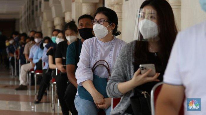 Awak Media Jalani Vaksin COVID-19 Gelombang II di Senayan, Antrean Tertib