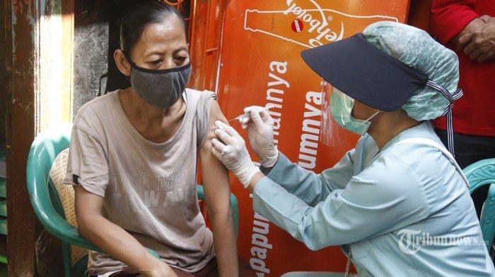 Tenaga kesehatan melakukan vaksinasi Covid-19 yang dilakukan secara door to door atau rumah ke rumah di kawasan Sunter Agung, Sunter, Jakarta Utara, Senin (16/8/2021). Vaksinasi yang dilakukan secara door to door itu dilakukan untuk sebagai langkah percepatan vaksinasi bagi lansia dan yang mengalami kelumpuhan.
