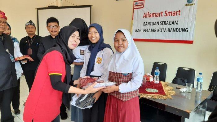 Bantuan Seragam untuk Pelajar Kota Bandung