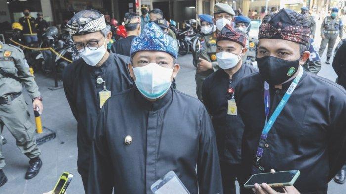 Dinas KUKM Serahkan Bantuan Beras ke Para PKL di Kota Bandung