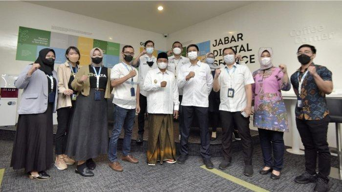 Uu Ruzhanul Ulum Berbagi Bala-Bala Saat Mengunjungi Kantor Program Jabar Juara