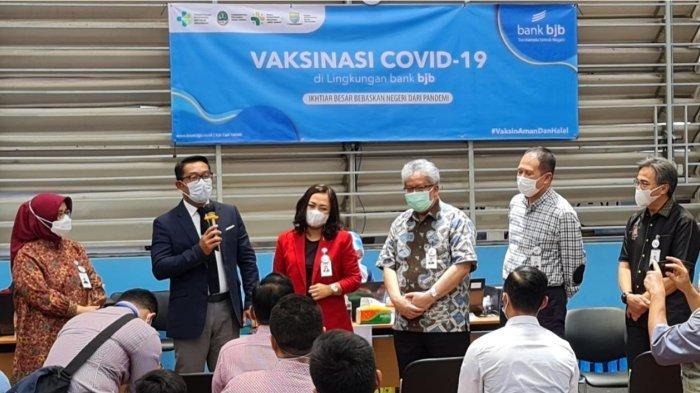 Gubernur Jawa Barat, Ridwan Kamil turut hadir meninjau proses vaksinasi.