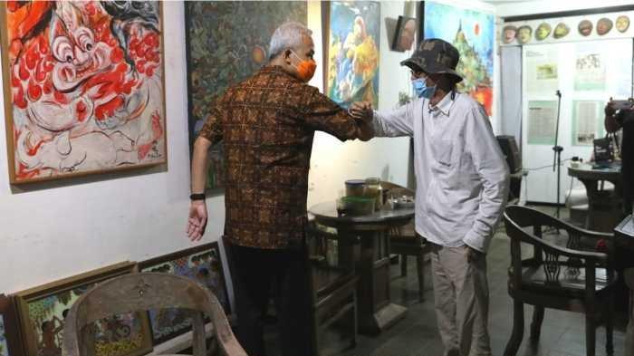 Gubernur Jateng Ganjar Pranowo mendatangi kediaman seniman gaek Tanto Mendut di Kabupaten Magelang, Rabu (7/4/2021) malam.