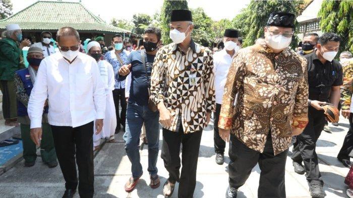 Gubernur Jawa Tengah, Ganjar Pranowo bertemu dengan Menko Perekonomian Airlangga Hartarto di Klaten, Jawa Tengah dalam acara Grebeg Apem Yaaqowiyyu Kyai Ageng Gribig di Jatinom Klaten, Jumat (24/9/2021).