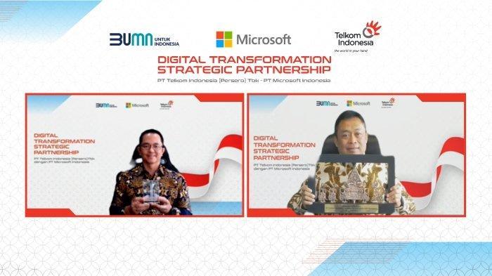 Direktur Utama Telkom Indonesia Ririek Adriansyah (kanan) bertukar cindera mata secara daring dengan President Director Microsoft Indonesia Haris Izmee usai penandatanganan MoU Digital Transformation Strategic Partnership antara Telkom Indonesia & Microsoft Indonesia, Kamis (19/8).