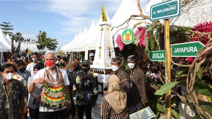 Sambutan Warga Luar Biasa, Leher Gubernur Ganjar Penuh Hadiah Noken Khas Papua