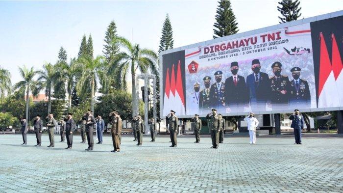 Wakil Gubernur Jawa Barat Uu Ruzhanul Ulum memperingati HUT ke-76 TNI secara virtual bersama jajaran Forkopimda Jabar, di Lapangan Upacara Kodam III/Siliwangi, Bandung, Selasa (5/10/2021).
