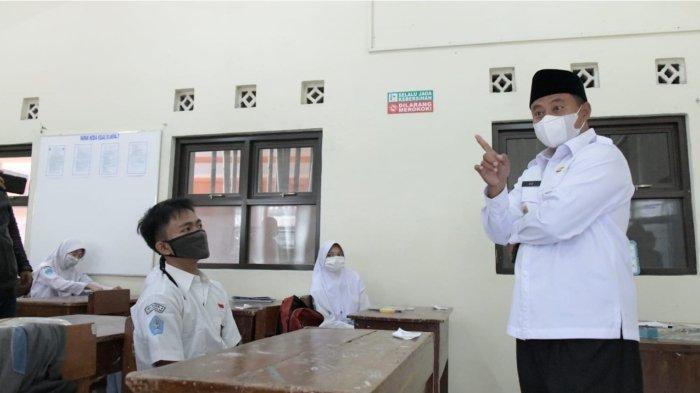 Wakil Gubernur (Wagub) Jawa Barat (Jabar) Uu Ruzhanul Ulum saat meninjau pelaksanaan pembelajaran tatap muka (PTM) secara terbatas di SMA Negeri 10, SMA Negeri 4, dan SMA Negeri 5 Kota Tasikmalaya, Senin (20/9/2021).
