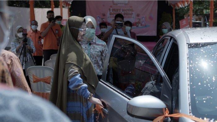 PT Pos Indonesia (Persero) menyerahkan hadiah grand prize Honda Brio kepada salah satu nasabah yang beruntung di Jepara, Jawa Tengah, pada Jumat (23/4/2021).  Pemberian hadiah utama ini merupakan program Customer Reward periode 2020-2021.