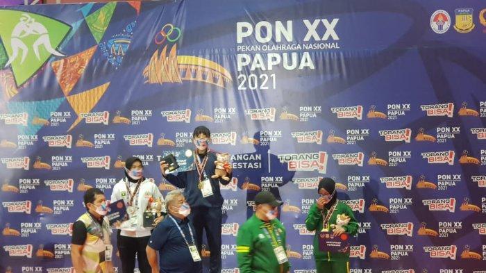Kharisma Tantri Herlina saat meraih medali emas di PONPapua di cabang olahraga gulat kelas 62.