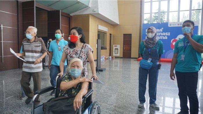 Gerakan Peduli Lansia di Jatim Dongkrak Sentra Vaksinasi Bersama BUMN Surabaya.