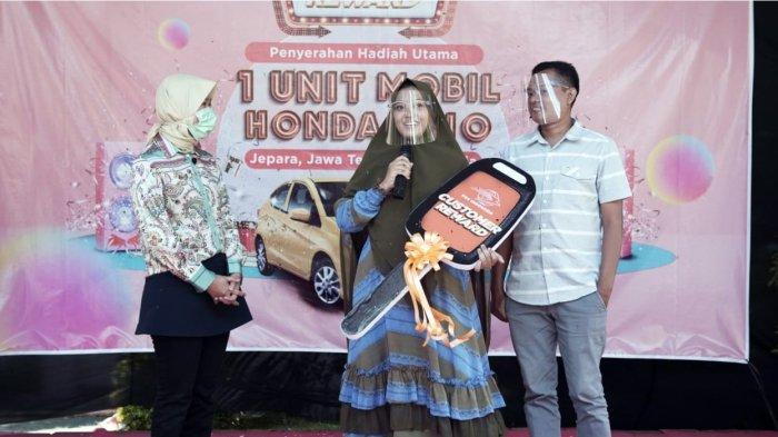 Hadiah diberikan secara langsung kepada pemenang oleh Direktur Bisnis Kurir dan Logistik PT Pos Indonesia (Persero) Siti Choiriana. Hadiah utama ini melengkapi total hadiah berupa 26 unit motor Honda Beat serta top up PosPay dengan total Rp80.000.000.