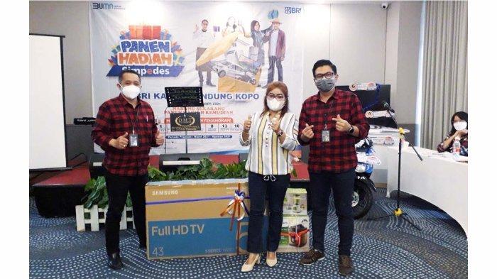Nasabah Simpedes BRI Unit Cangkuang Merida Tamba pemenang lelang dana top up fresh fund Rp 650 juta yang mendapatkan hadiah langsung dari Pinca BRI Bandung Kopo Eldi Ledelsa didampingi AMPM Bambang Alief Gunanto.