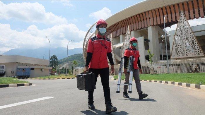 Teknisi Satgas TelkomGroup sedang bertugas mengawal kesiapan layanan komunikasi & jaringan internet stabil di area Stadion Lukas Enembe guna mendukungan kesuksesan penyelenggaraan PON XX Papua di Jayapura, Rabu (1/9).