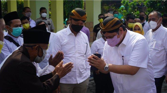 Menteri Koordinator Bidang Perekonomian, Airlangga Hartarto saat kunjungan kerjanya di Jateng dan Yogyakarta menyempatkan ziarah ke situs makam Ki Ageng Gribig, Klaten, Jawa Tengah.