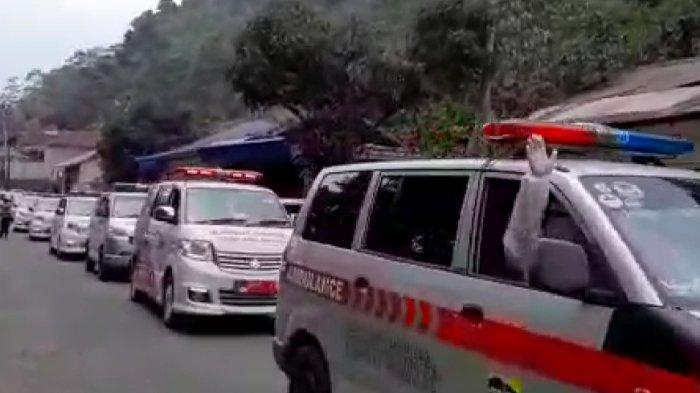 Berjejer di Tepi Jalan, Belasan Ambulans Jemput 47 Warga Positif Covid-19 dari Kluster Senam Aerobik