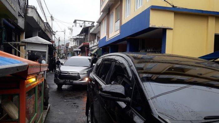 5 Mobil KPK Tinggalkan Rumah Aa Umbara, Ketua RW Sebut Aa Umbara Keluar Sebelum KPK Datang