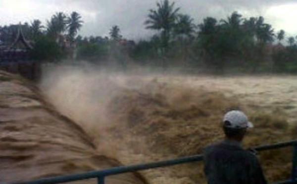 BREAKING NEWS: Banjir Bandang Rendam Puluhan Rumah di Cianjur