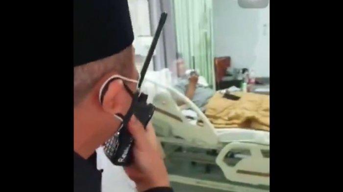 Ustaz Abdulah Gymnastiar atau Aa Gym dijenguk Ustaz Yusuf Mansur. Tak bisa bertemu langsung. Aa Gym bicara via HT. Bacakan doa panjang.