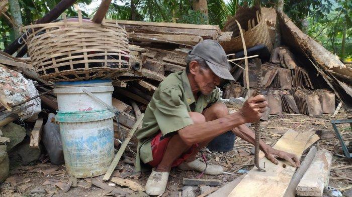 Rumahnya Tiba-tiba Ambruk, Pasangan Lansia di Cianjur Ini Nyaris Tertimpa Reruntuhan