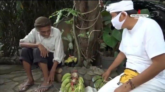 Abah Okib kakek penjual pisang dan Dedi Mulyadi