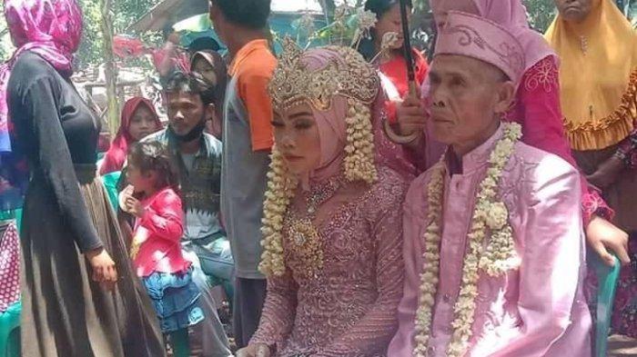 Pasangan beda usia Abah Sarna dan Noni menikah.