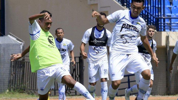 Abdul Aziz berebut bola saat berlatih, Selasa (19/10/2019).