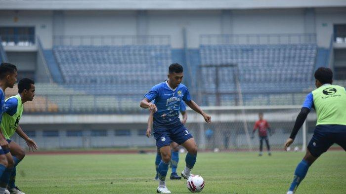 Abdul Aziz (tengah) dalam latihan Persib Bandung di Stadion Gelora Bandung Lautan Api, Rabu (10/3/2021).