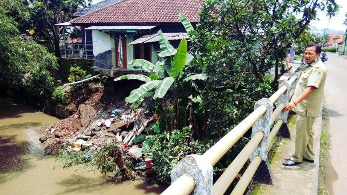 Abrasi Sungai, Satu Rumah Warga di Majalengka Nyaris Ambruk