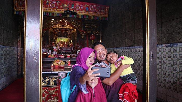 Abu Bakar Beserta Keluarga Sengaja Keliling Vihara di Cirebon, Ajarkan Anaknya Toleransi Beragama