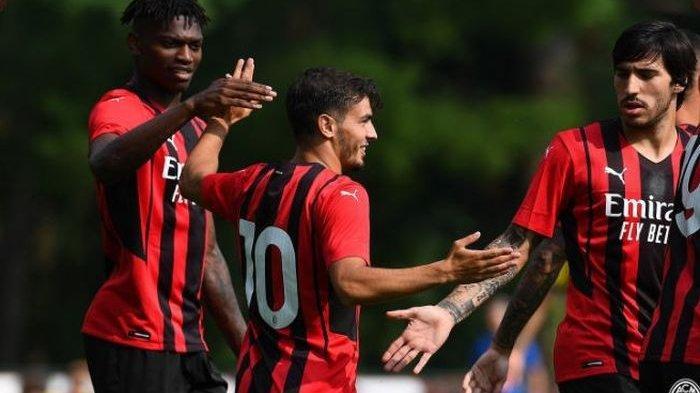 Brahim Diaz (10) merayakan gol bersama Rafael Leao (kiri) dan Sandro Tonali pada laga pramusim keduanya untuk musim 2021-2022 dengan melawan klub Serie-C, Modena, di Milanello pada Sabtu (24/7/2021). AC Milan menang 5-0.