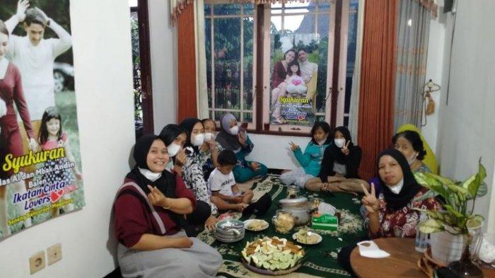 Acara syukuran oleh para ibu penggemar sinetron Ikatan Cinta di Seneng, Banyurojo, Kabupaten Magelang, Rabu (17/2).